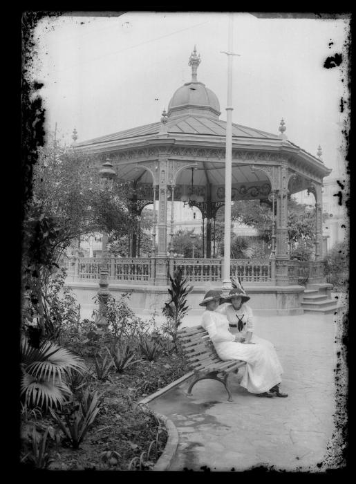 Cármen y Lola Puga Bustamante en el Parque Seminario, Guayaquil por Rodolfo Peña Echaiz. Parte del Archivo Histórico del Guayas, vía  Instituto Nacional de Patrimonio.
