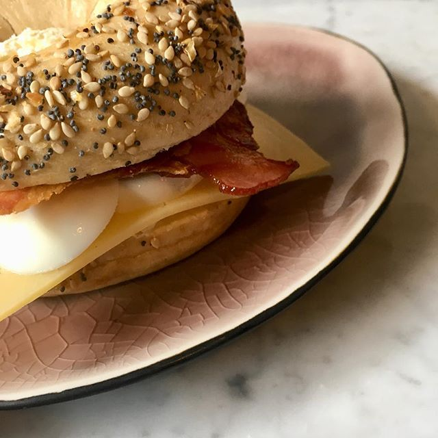 We have a new item on our menu: a Breakfast Bagel with lots of delicious and healthy bacon, cheese and eggs from @dekweker #hotspotamsterdam #thefixxx #morningmama #healthyfood #bagel