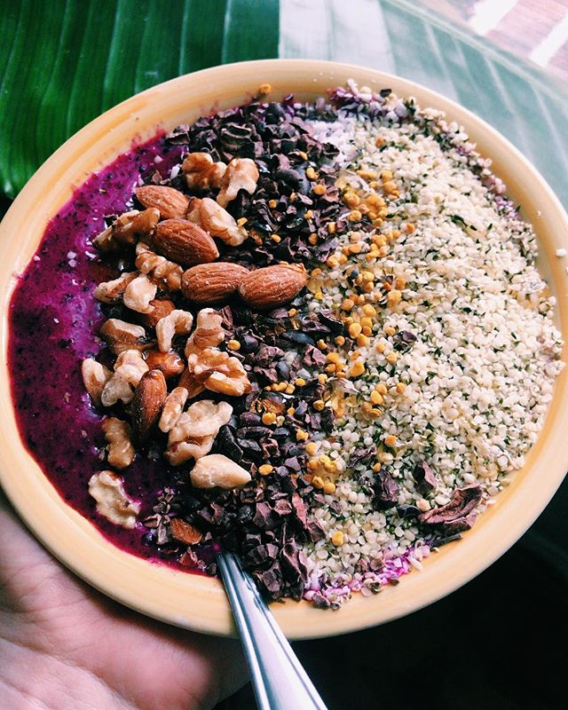 Summer Açaí Bowl for clean eating and glowy skin ✨💕 it's also so easy to make ~ recipe on blog! #eatcleanplaydirty  #WellBabe #WellBabeDC #DCWellness #selfcare #SelfcareDC #GNI #AcreativeDC #Acaibowls