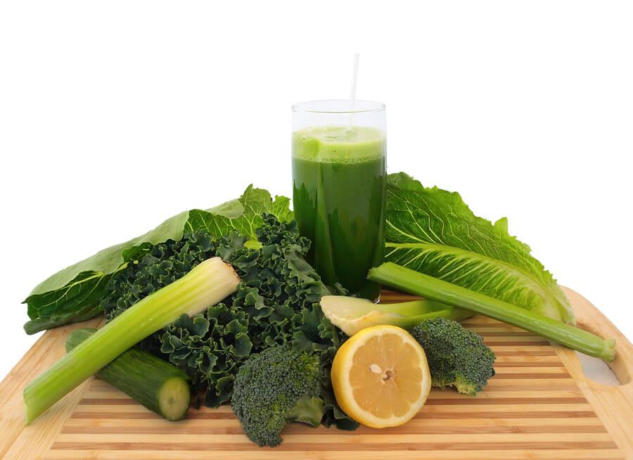 Jugo verde desintoxicante: Kale, Apio, Pepino, Espinaca, brocoli, jugo de naranja.