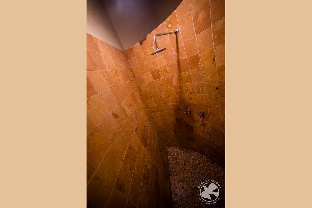 La regadera en el baño principal