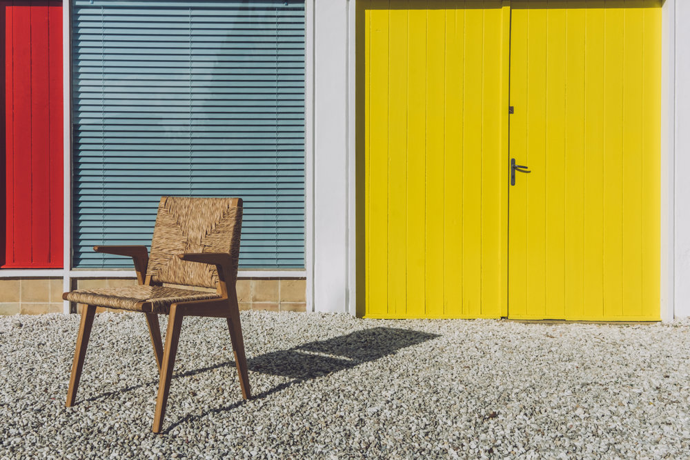 Robusta - Edición mallorquina de una silla industrial de los años 40. Partiendo de la estructura básica hemos desarrollado tres tamaños, Diván y Lounge. A los tres modelos les hemos diseñado la versión con brazos en voladizo para añadirles mayor confort.
