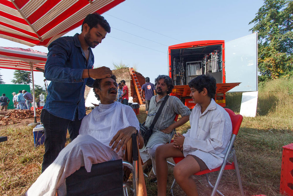 Makrand Deshpande, Amole & Partho Gupte between takes