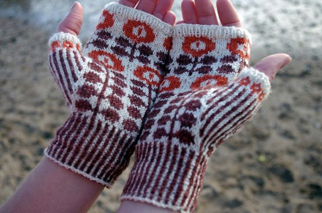 These retro handwarmers speak to my love of Pyrex. Since I don't see my tattoo a lot during these cold months, these Bunty Mitts by Ella Austin would bring me so much joy to wear!  #giftalong2018 #gal2018 #shinetheory #holidayknitting #knitting #knitter #knit #knittersofig #knitstagram #knittersofinstagram #yarn #indiedesigner #indiedesigners #indiedesigns #thevioletpie