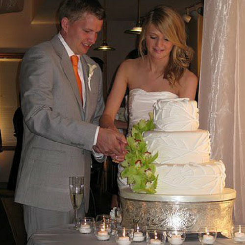 wedding-food-cedar-falls-outdoor-wedding-setting-outdoor-entry-cake.png