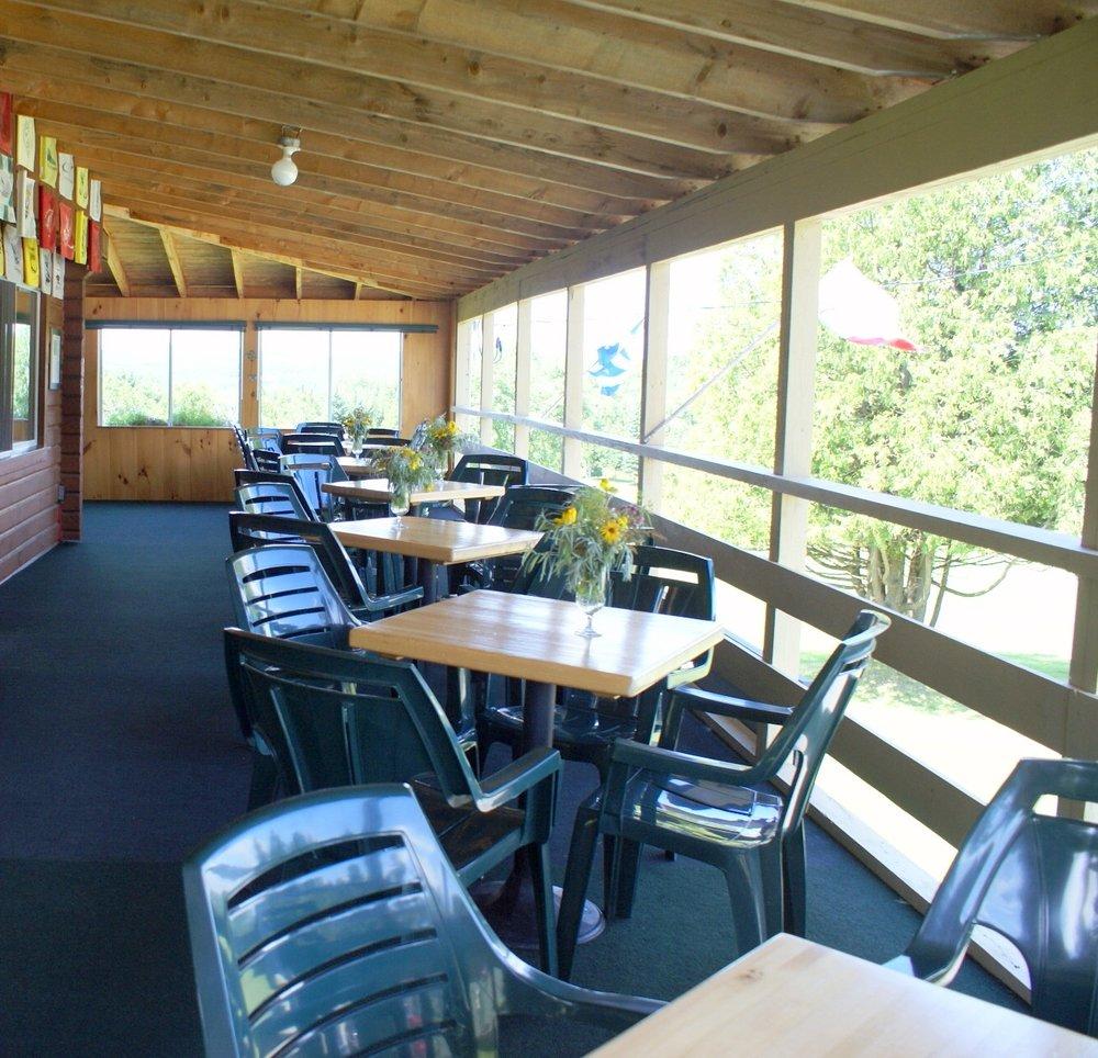 La terrasse surplombant le quatrième fairway offre une magnifique vue sur la montagne et un endroit idéal pour se réunir et profiter du cadre idyllique et une boisson fraiche avec des amis.