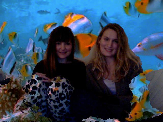 Billede af mig af Camilla fra dengang vi brugte en aften på at redigerede os selv ind på en hav-baggrund <:-)