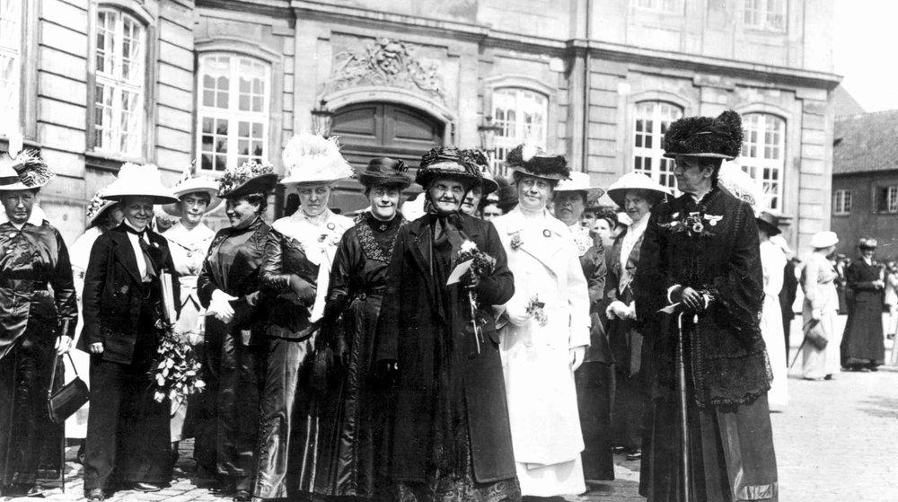 Dansk kvindesamfunds ledelse anno 1915, der mødte op d. 5. juni på Amalienborg for at takke for danske kvinders stemmeret.