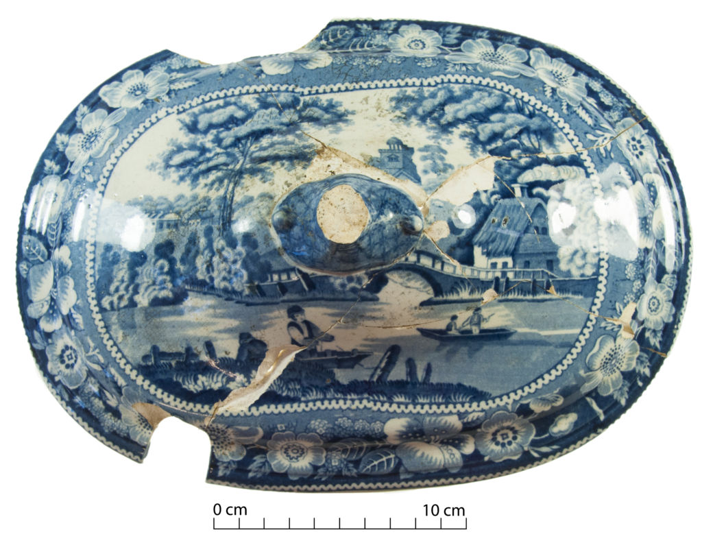 A serving dish or tureen lid decorated with the Wild Rose pattern, a decorative motif that depicts the gardens at Nuneham Courtenay (near Oxford, England) and was extremely popular in the 1830s-1850s period. Image: M. L. Bernabeu.