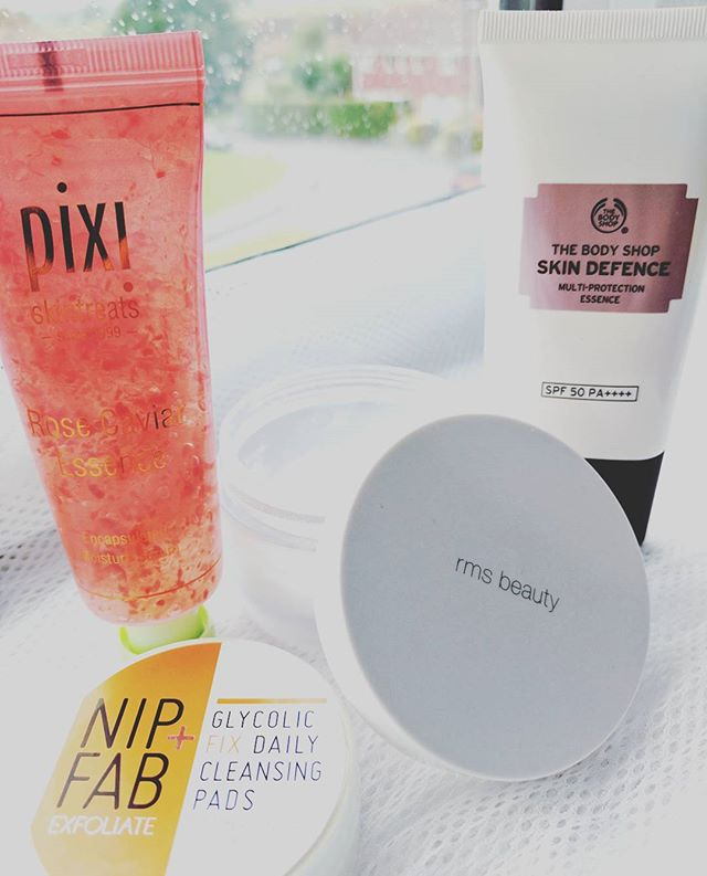 Wednesday morning #skincareroutine. 🌦️A quick and easy routine with some old favourites and a newer addition in the form of Pixi Rose Caviar Essence 👍. #ukblogs #pixiskincare #coconutoil #skindefence #skincareobsessed #nipfab #rosecaviar #glycolicfix #instablog #windowledge