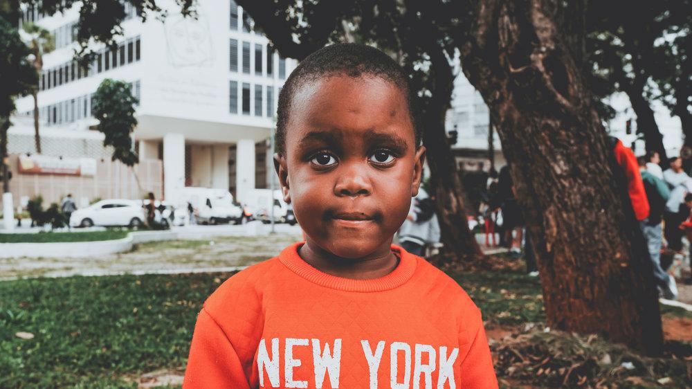 Criança em comunidade da Av. Brigadeiro Luís Antônio em São Paulo por @ danmagatti