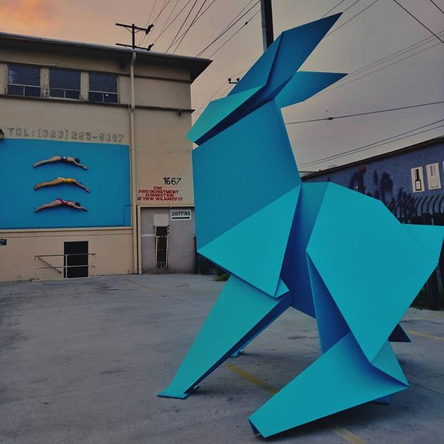 The chase by Hacer  facing the swimmers by John Ahearn #hacer #johnahearn #beyondthestreets #sculpture #contemporaryart #swimmers #sunset #losangeles #streetart #publicart
