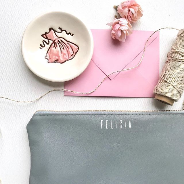 We are kicking off the spring wedding season with 10% off everything in our shop! Plus, the #WorldofEtsy Sale has begun, hooray for great timing! 😀 Oh, and pictured is our personalized clutch bag in *new* Grey Leather 💓 is anyone else a fan of Grey Leather?! . . . #shopsandrasmith #springwedding #weddingshop #weddinginspo #weddingdetails #wedding #engaged #weddingwire #weddingplanner #weddingplanning #bridalshop #bridesmaidproposal #bridalshower #bridesmaids #brides #bridestory #bridesmaids #bridestyle #grey #pink #bridetobe #igwedding #instawed #ido #weddingvendor #thatsdarling #modernwedding #weddingideas #romanticwedding