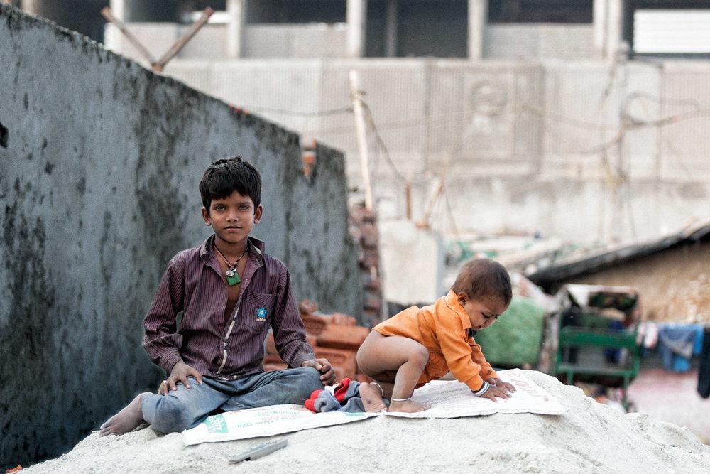 bambini-su-polvere-di-cemento.jpg