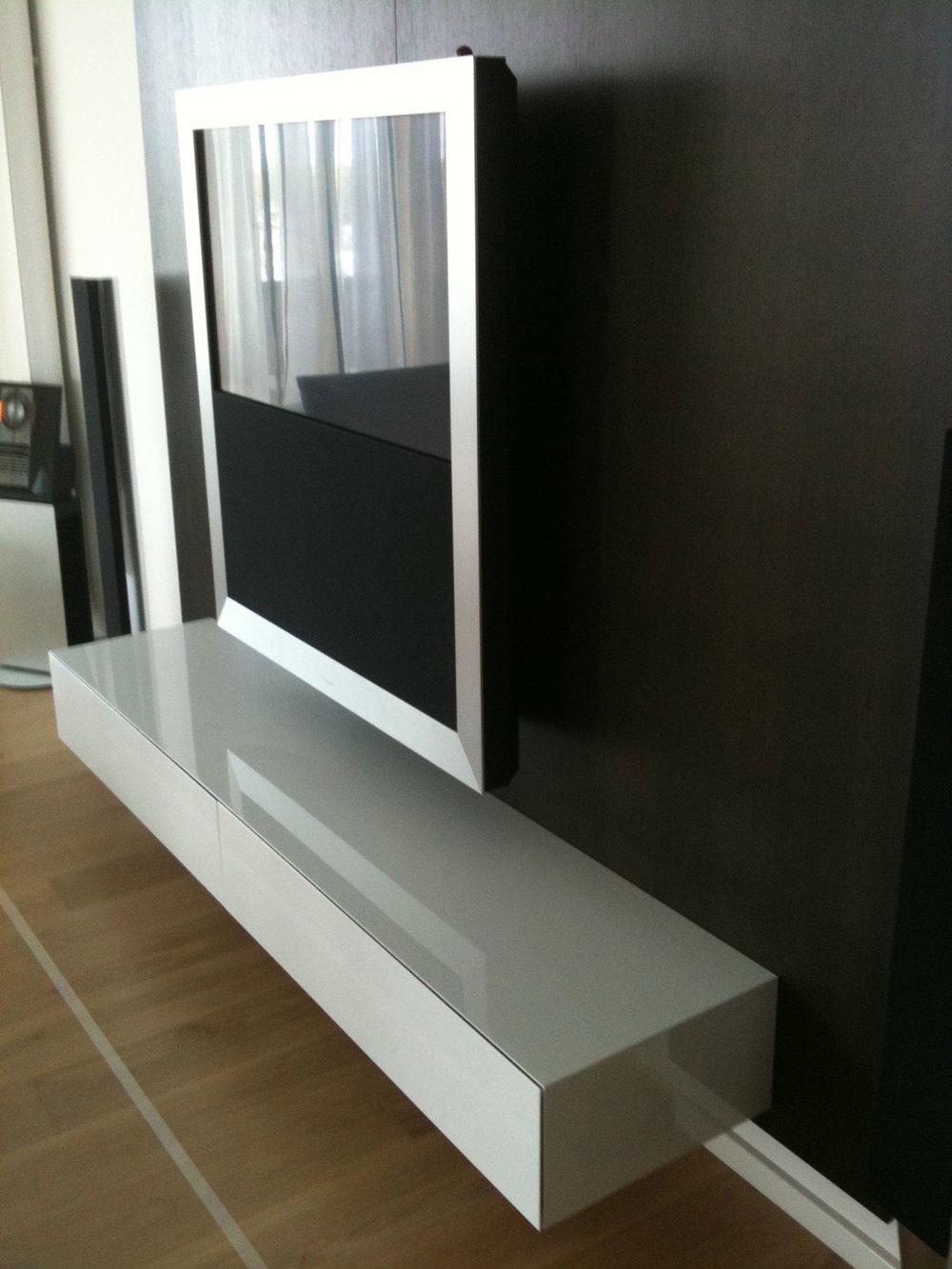 Maatwerk wand dressoir hoogglans wit met klep naadloos afgewerkt. Ontwerp door InstallSolutions