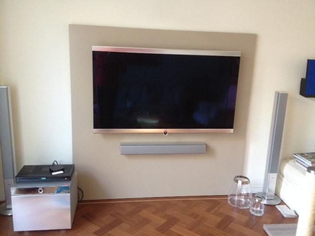 Loewe televisie met maatwerk voorzet wandpaneel