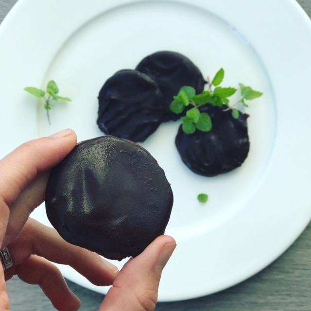 Thin Mint Cookies - www.getWelli.com - paleo, vegan (option), gluten free, no sugar