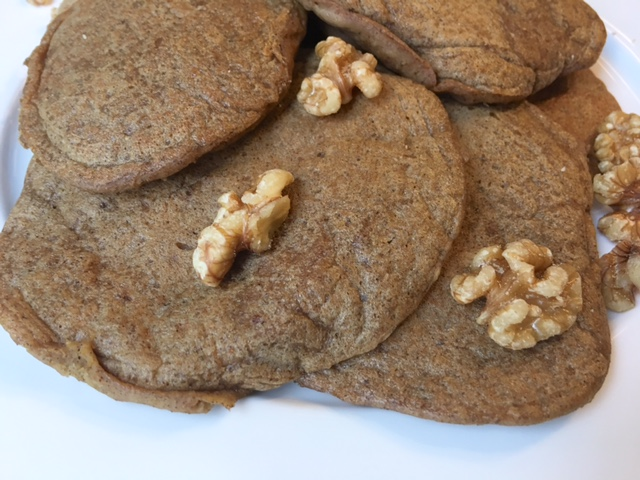 simple banana pancakes - www.getWelli.com - #getWelli #flourless #vegan #sugarfree #pancakes