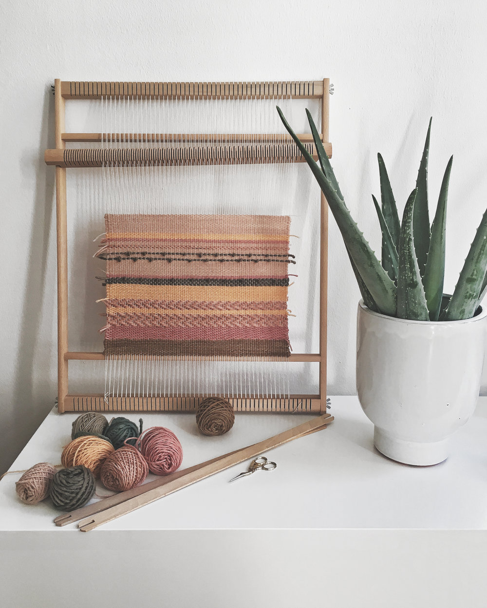 Weaving fabric on a frame loom