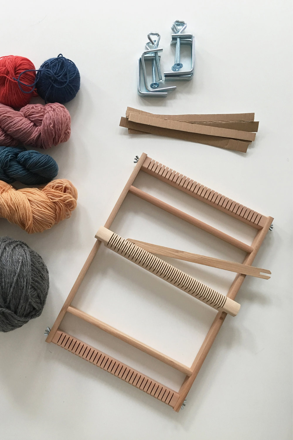 How to weave a scarf on a frame loom - Follow this beginner diy tutorial and learn an easy trick to make your warps long enough. #weaving #frameloom #tutorial #diy8.jpg