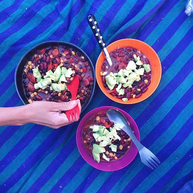 Here's a little photo story on how to make this delicious Vegetarian Campfire Chili. First you cut all the ingredients that need to be cut, you open some cans of beans and corn and chuck everything in a pan. Put the lid on the pan. Then, you patiently sit on a picnic blanket while engaging in meaningful conversations and waiting for the veggies to cook and the flavours to blend. Lastly, you eat! 👊  #freyr #rochersdefreyr #vegetarianchili #cookingforclimbers #campingfood #campsite #camping #campingtrip #climberslife #cragfood #picnic #cookbook #foodporn #instafood #climbing_pictures_of_instagram #climbinginbelgium