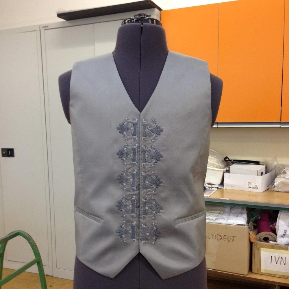 Ina Budovská - Som textilná a odevná výtvarníčkasnažiaca sa cez svoju tvorbu už skoro 10 rokov o znovuobjavenie hodnoty ručnej výšivky a jej implementáciu na súčasný design. Pri tvrobe hľadám nové formy pričom sa snažím zachovať tradičné postupy, ale zároveň objavovať stále nové cesty.Na tohtoročnom Eco Village 2017 sa budem počas svojej prednášky venovať najmä téme