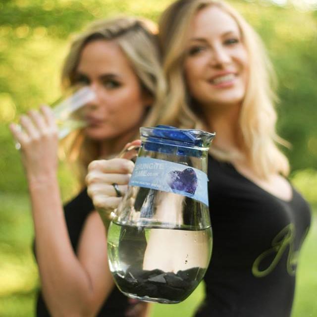 ŠUNGIT TIME - Známy stánok so zdravou vodou ŠUNGIT TIME® patrí so svojim sortimentom už k tradičným vystavovateľom naEcoVillage. Aj tento rok budete mať možnosť občerstviť sa ekologicky upravenou vodou na báze horniny šungit, spoznať účinky šungitovej vody na organizmus, či zakúpiť si produkty v akciovej cene. Novým produktom v ponuke ŠUNGIT TIME® je 100% prírodné šungitové mydlo na telo aj tvár, ocenia ho predovšetkým ľudia s problematickou pokožkou. Viac informácii o tejto prírodnej kozmetike na báze šungitu a o tom, ako vznikla a pre koho je určená sa dozviete aj tu.http://sungittime.sk/exkluzivne-sungitove-mydlo-cierna-novinka-pultoch-vasich-oblubenych-lekarni-bio-obchodov/