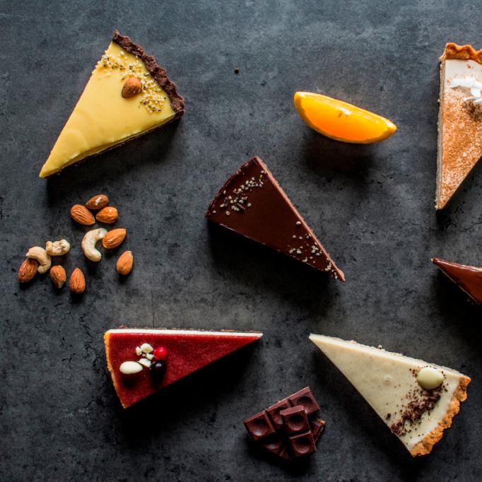 Purista - Purista sú mladí nadšenci, ktorí sa už dávno rozhodli, že ich koláčiky budú skvelé a lahodné, ale netradičné. Nepoužívajú biely cukor ani klasickú pšeničnú múku. V ponuke Puristu nájdete tradičné cheesecake-y, krémové tarty ale aj vegánske či RAW koláčiky. Cheesecake-y pripravujú výhradne zo syra Philadelphia, podľa pôvodnej americkej receptúry. Mnohé ich fajnové dezerty sú bezlepkové alebo bezlaktózové, pritom by ste na to ani neprišli J Určite od nich ochutnajte Original NY Cheesecake alebo vegánsky Malinovo-čokoládový tart.www.purista.sk