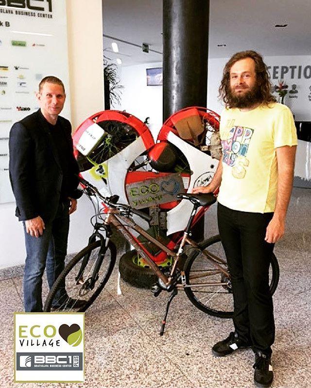 Dnes si výherca Ondrej prišiel pre svoju výhru 👉 🚲 do #bbc1plus , prvej ekologickej budovy v Bratislave, ktorú  získal vďaka zapojeniu sa do súťaže na ekologickom trhovisku #ecovillage2017  Výhru Ondrejovi odovzdal lízingový riaditeľ BBC 1 Plus Radovan Mihálek.  Ondrejovi ešte raz gratulujeme a želáme veľa najazdených kilometrov. 🚵🚴