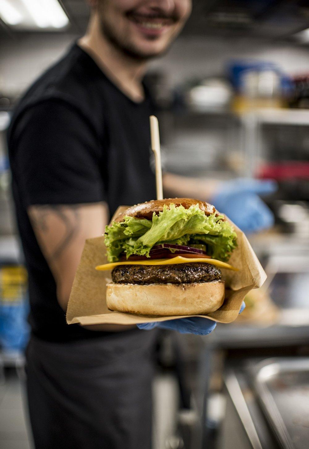 REGAL BURGER - Ich mäso: Veľmi dobre vedia, že kvalitný burger je hlavne o mäse. To ich pochádza zo slovenskej farmy, kde chovajú hovädzí dobytok na otvorených lúkach počas celého roka. Pretože šťastný býk = skvelý burger. Mäso neobsahuje žiadne antibiotiká, či rastové hormóny, chemické zmäkčovadlá alebo iné prímesy. Je to kvalitná, 100% hovädzina z mladých býčkov a preto k nej pristupujús citom a rešpektom, ktorý si zaslúži.Ich pečivo: Ich žemľa je čerstvá, chrumkavá a trošku sladká. Žiadne kupované polotovary. Žemle pečie dvorný pekár podľa tajnej receptúry – nie raz, ale hneď dvakrát denne! A pretože myslia na všetkých, ktorým príroda nenadelila schopnosť spracovať lepok, tak okrem famóznej brioškovej maslovej žemle ponúkakúaj bezlepkové žemličky pre celiatikov.Ich obloha: Všetka zelenina je vždy čerstvá a starostlivo vyberaná. Syr priamo z Holandska.