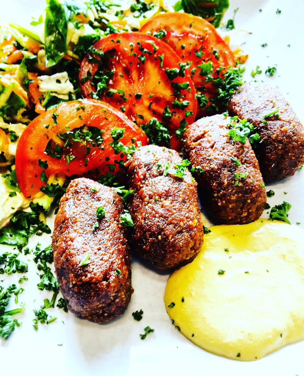 RAW REŠTAURÁCIA BEMBA - V roku 2011 otvorili Zuzka s Robom v Bratislave prvú rawfood reštauráciu na Slovensku s prozaickým názvom Raw Reštaurácia Bemba.Ku svojim zákazníkom pristupujú rovnako ako s sebe, ponúkajú im zdravé nápoje a jedlá ako polievky, šaláty, hlavné jedlá a samozrejme i dezerty, ktoré sú plne vitamínov a enzýmov. Všetky ponúkané jedlá sú čisto rastlinného pôvodu, bezmliečne, bezlepkové, bez sóje, mäsa, vajec či cukru vďaka čomu sú vhodné aj pre alergikov. Keďže sa mnohí zákazníci viac a viac zaujímajú o raw stravu, Zuzka s Robom organizujú mnohé workshopy, kurzy a podobné akcie, na ktorých približujú ľuďom svoj životný štýl a ukazujú ľudom cestu, ako sa dá v dnešnom konzumnom svete stravovať zdravšie. Raw Restauracia Bemba sa na vás už teraz teší.