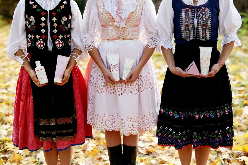 DULCIA NATURAL - Lucke Klebercovej sa darí úspešne oživovať vymierajúcu tradíciu slovenského bylinkárstva a mastičkárstva. Pod značkou DULCIA natural vyrába 100% prírodnú slovenskú kozmetiku. Tradičné rodinné receptúry po mame a starej mame z Horehronia inovuje a neustále dopĺňa o najnovšie trendy z oblasti prírodnej kozmetiky.V zmysle ideí Slow Cosmetics sú krémy Dulcia robenéručne. Tak je výroba šetrná a zároveň maximálne využitá liečivá schopnosť prírodných látok bez ich tepelného znehodnotenia.Mantrou značky je ponúknuť účinnú, poctivú, živú prírodnú kozmetiku na báze bylinných extraktov a čistých esenciálnych olejov, ktoré sú spracované šetrne a bez chemických aditív.