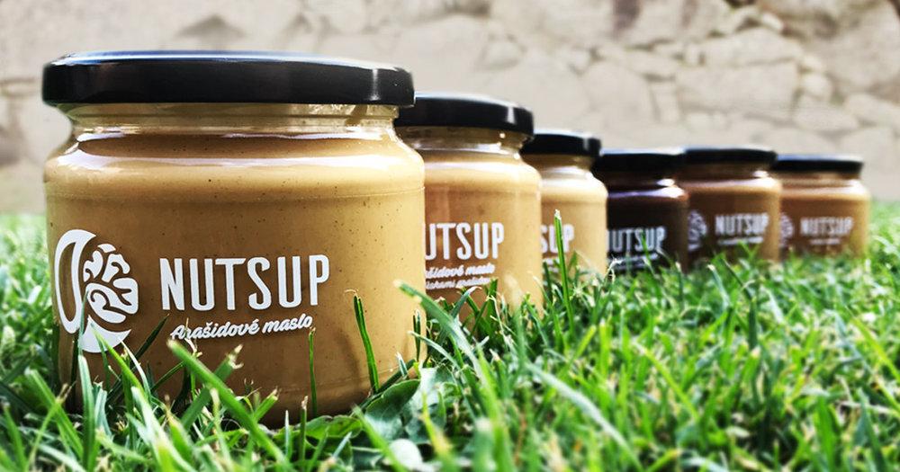 NUTSUP - Slovenská značka orechových masiel, ktorá vznikla v roku 2017. Ich filozofiou je ponúkať čisté a chutné orechové maslá, bez zbytočných konzervačných látok, ktoré potraviny znehodnocujú. Orechy sú totiž funkčné potraviny a NutsUP chcú, aby skutočne fungovali. Maslá dodávajú energiu a sú výbornou a najmä zdravou sladkosťou. Vedú podnikanie ekologicky zodpovedne, a preto maslá balia do sklenených pohárov. Nielenže udržia lepšiu kvalitu masiel, no sú recyklovateľné a upcyklovateľné. Ich poháre od masiel sú navyše vratné, a teda ak zákazníci chcú, môžu pohár vrátiť výmenou za 5% zľavu na ďalší nákup. Takýmto spôsobom sa snažia znižovať množstvo vyprodukovaného odpadu a chrániť tak našu krásnu zem.