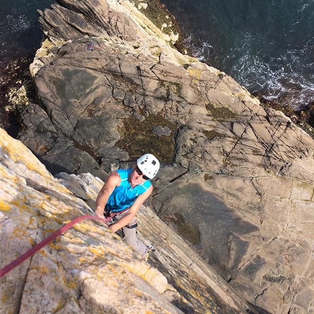 Dustin cruising up Yellow Wall at #ottercliffs. If you look close you can see ACS guide Dane Sterba's super 'cool' hydration backpack in the background. I have no idea how it got down there!🙊 #atlanticclimbingschool #rockclimbing #shananigans #climbacadia