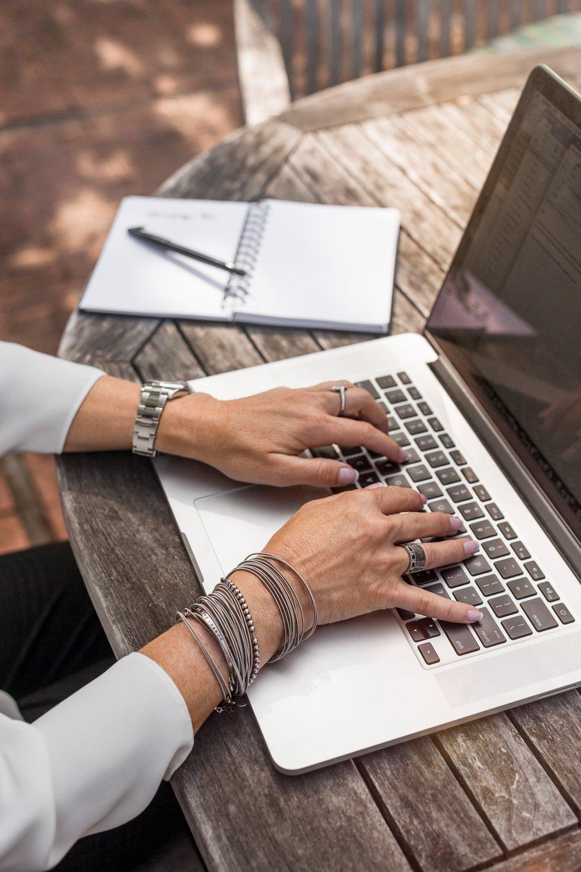 mujer trabajando desde su compu.jpg