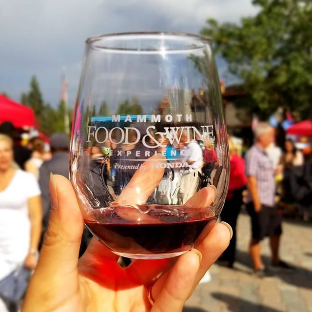 Getting ready for tomorrow's #mammothfoodandwineexperience with a wine walk @thevillagemammoth 🍷🥂🍻🍺 . . . #continentalsausage #california #mammothlakes #mammothmountain #losangeles #wine #beer #tacos #sausage #winewalk #germandeli #vendor #fridaynightwinewalk