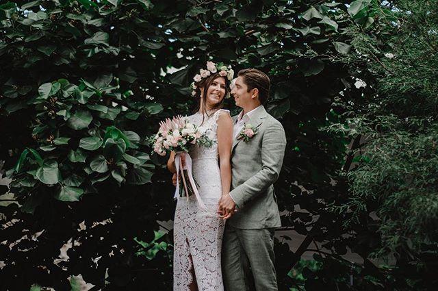 That smile . . . . . . #bride #groom #weddingdress #wedding #fridaenamorada #weddingphotography #boda #naturewedding #naturalmakeup #mmp