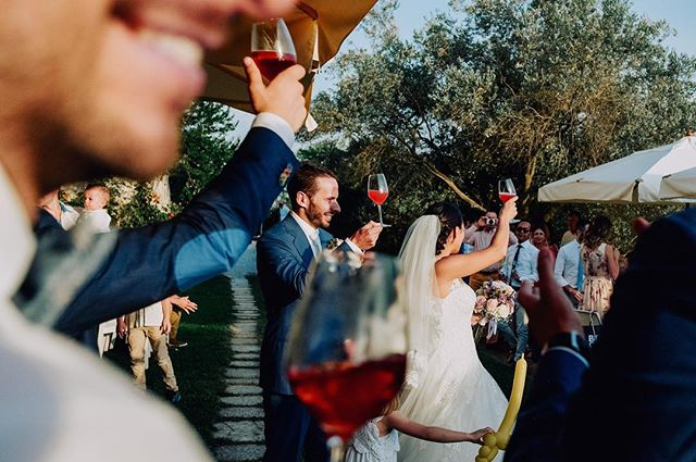 Cuatro de copas . . . . . #prosecco #wine #wedding #italywedding #weddingjournalism #photojournalism #weddingphotography #bride #groom #italy #boda #casamento #mmp #love