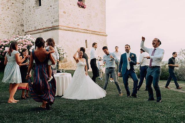 New post on the blog! Link in bio  . . . . . #wedding #matrimonio #boda #weddingphotography #fotodeboda #weddingphotographer #bride #groom #italywedding #italy #italia #mmp #photojournalism #vestidodenoiva #vestidodenovia #groomsmen #party