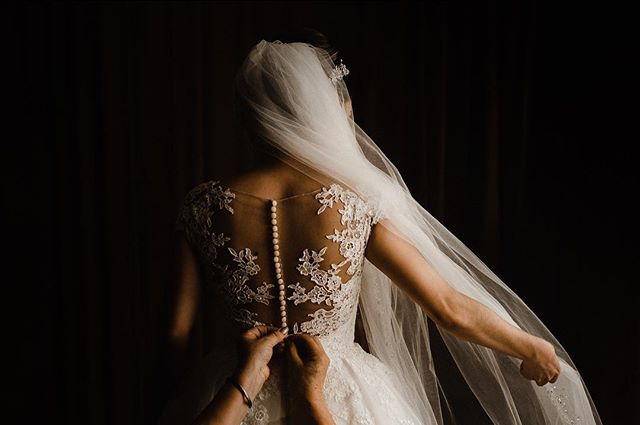 Getting ready . . . . . #wedding #texaswedding #boda #destinationwedding #weddingphotography #lightphotography #bride #junebugweddings #bridalmakeup #bridaldress #casamento #marfawedding #mmp #fridaenamorada
