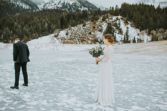 Mason & Eliza were troopers and braved the cold during their first look session. Also her dress reveal was in the middle of a frozen and icy lake! 😍