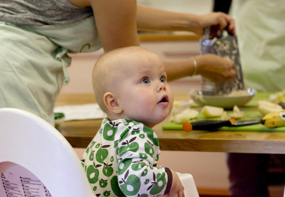 Vi åpner tunet og kjøkknerne for de minste barna og deres foreldre. Det blir smaksprøver og mulighet til selv å tilberede enkle og smakrike retter til de små. På åpent spedbarnsmatverksted skal vi lage god grøt, kjeks, grønnsaksretter og noe med fisk!  Arrangementet er en del av ØKOUKA og blir til i sammarbejde med HIPP.   ØKOUKA er en feiring av norsk økologisk mat som formidler både råvarer, kunnskap og inspirasjon. Uka vil vise frem mangfoldet av landbruk- og matproduksjon i Norge og knytte det til folks hverdag og arrangeres i 2017 i 13 byer/regioner.  13 mat- landbruks og miljøorganisasjoner står bak ØKOUKA Oslo, som i 2017 består av arrangementer over hele byen i perioden 22. – 30. september Sjekk  www.okouka.no for hele programmet og mer informasjon