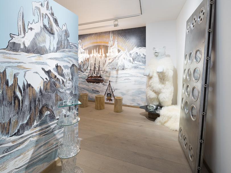 A gauche :  décor panoramique « Glaciers » inspiré de l'Image d'Epinal® « Grand théâtre nouveau Hivernage arcticque – Fond – n°1660 » éditée en 1878  A droite  : décor panoramique « « Grand théâtre nouveau Hivernage arcticque – Fond – n°1660 » éditée en 1878