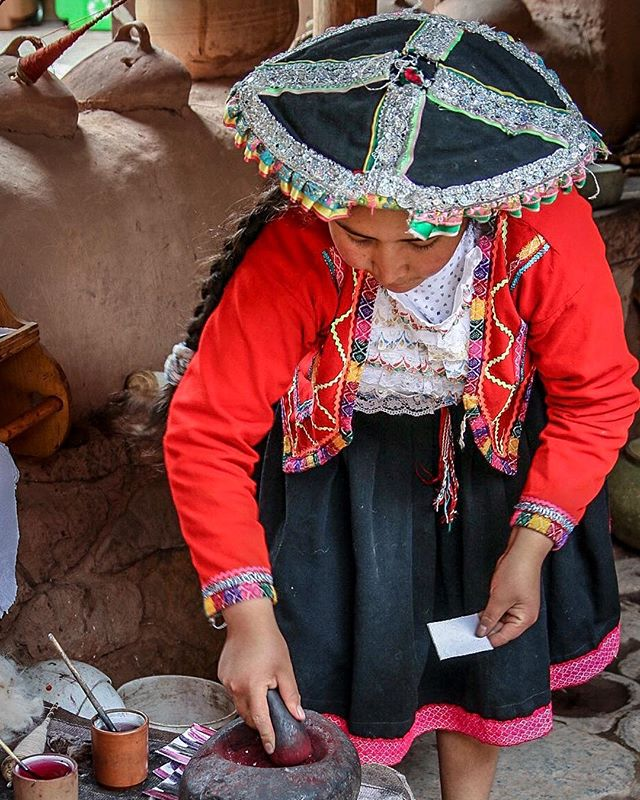 The artisans at Awanacancha apply ancient techniques to their work, using natural dyes and alpaca wool. 📷: @anita_ben