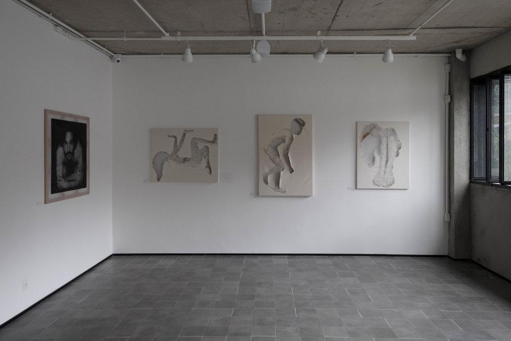 Degrau de Vidro - A exposição 'Degrau de Vidro' explora o comportamento individual a partir de limites invisíveis, usando a tela como limitante, o artista explora sensações e reações possíveis dentro dos limites do eu e ou da sociedade.