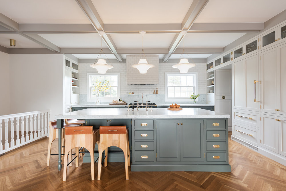 Modern kitchen design by Box Street Design (US). This kitchen has the feel of a country kitchen. Note the coffer on the ceiling while at the same time being contemporary and completely up to date! Note the herringbone pattern of the floor. A detail which is coming back with a flourish!