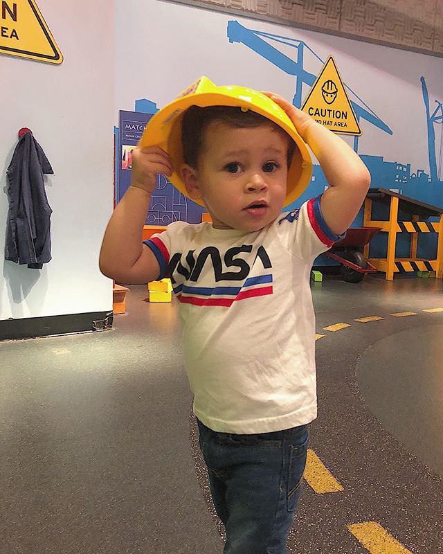 🚧 WORKER OFF DUTY 🚧 Too busy playing to let Monday get us down! Hoping everyone out there survived theirs! Finally have the toddler routine blog post we've been promising for ages coming to you with a freebie... Keep an eye out tomorrow! But we broke our routine today for a super fun day of play at @miamichildrensmuseum! This little guy usually hates headgear, but loved wearing a hard hat at the construction yard and loading dock today. What's your kiddos favorite dress up?