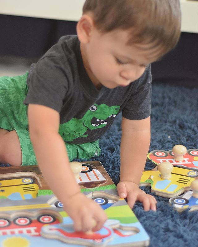 ✨ Learning through play ✨ Such a big part of every day with a baby or toddler! Today on the blog, I have some tips on how we build our daily routine around play and incorporate learning new skills while we have fun. 🔗 in my bio and it includes a free printable for you! . . . We love these Jumbo Knob Wooden Puzzles from @melissaanddougtoys that come in a few different variations! The knobs are perfect for babies and young toddlers developing their fine motor skills, but not quite ready for puzzles pieces with small pegs (like the tiny red ones many come with) that require a well-developed pincer grasp (pinching with the pointer finger and thumb). We used this set when learning about transportation and also got tons of use out of our farm animals set!