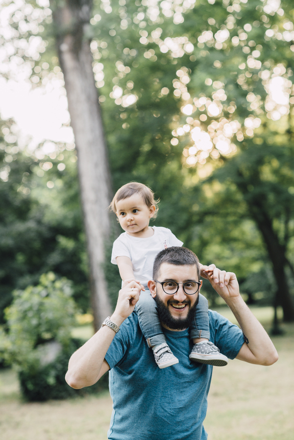 Dad carrying daughter on shoulders, Outdoor + Dusk Family Portrait Session | Serena Genovese