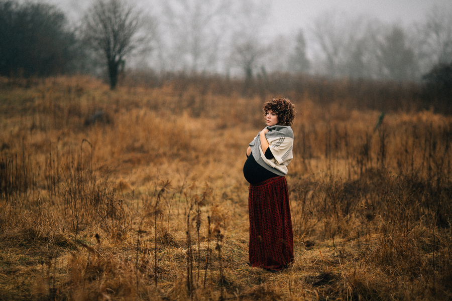 Mom to be in foggy field, Foggy Field Morning Baby Bump Session | Turnquist Photography